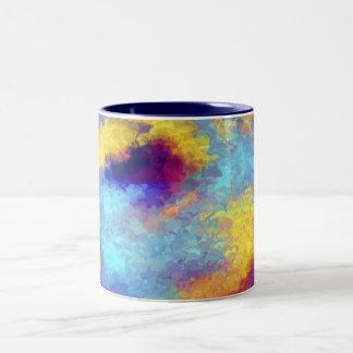 Reflexiones del arco iris en agua taza de café de dos colores