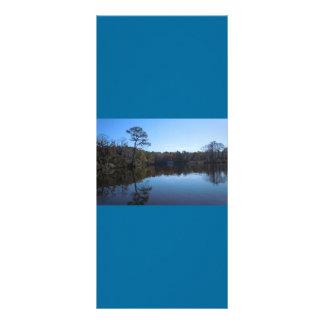 Reflexiones del cielo y del agua - el condado de B Tarjeta Publicitaria A Todo Color
