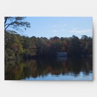 Reflexiones del cielo y del agua - el condado de sobres