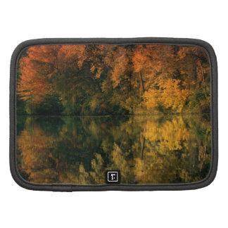 Reflexiones del otoño en el lago organizadores