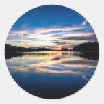 Reflexiones del río de la salida del sol pegatinas redondas