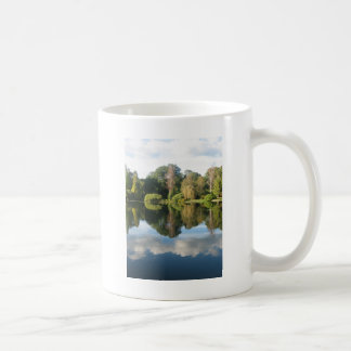 Reflexiones en agua taza de café