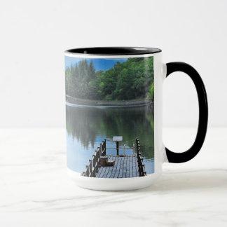Reflexiones en el agua inmóvil taza
