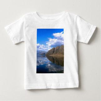 Reflexiones en el lago hermoso Hawea, Nueva Tshirt