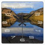 Reflexiones en el lago Tenaya Reloj Cuadrado