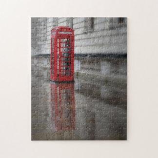 Reflexiones en una caja roja del teléfono - rompecabeza