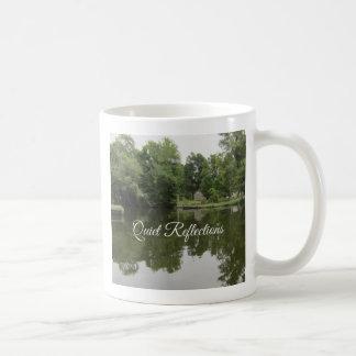 Reflexiones reservadas en el agua taza de café