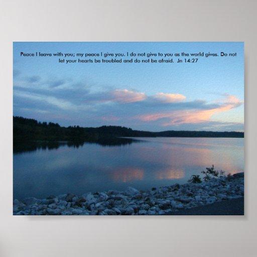 Reflexiones rocosas en el lago, paz de la orilla y impresiones