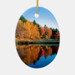 Reflexiones Vermont del otoño Adorno Ovalado De Cerámica