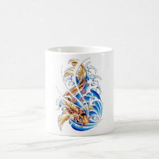 Refresque el tatuaje oriental del agua de pescados tazas de café