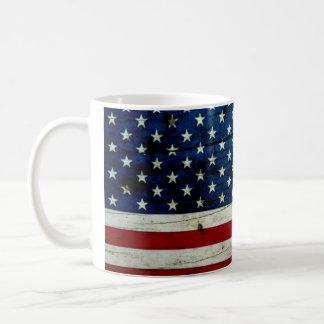 Refresque la madera apenada de la bandera american taza básica blanca