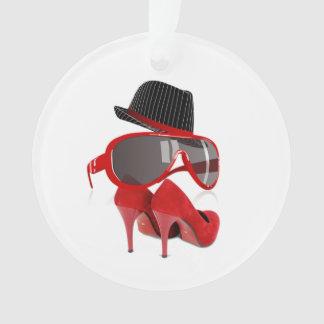 Refresque los zapatos y los vidrios rojos del gorr
