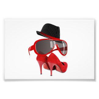 Refresque los zapatos y los vidrios rojos del gorr impresiones fotograficas