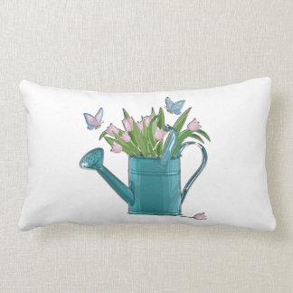 Regadera azul brillante con los tulipanes rosados cojín