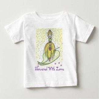 Regado con la camisa de los niños del amor