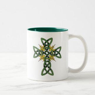 Regalo de la cruz céltica taza