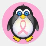 Regalo del pingüino de la cinta del rosa del cánce etiqueta