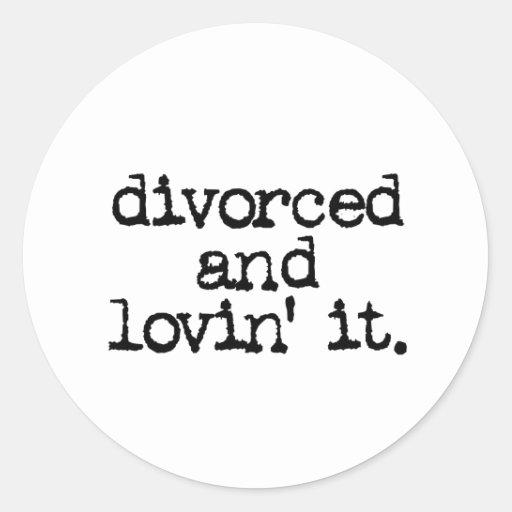 """Regalo divertido del divorcio """"divorciado y lovin pegatina redonda"""