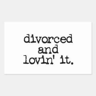 """Regalo divertido del divorcio """"divorciado y lovin pegatina rectangular"""
