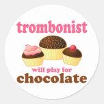 Regalo divertido del trombón del chocolate pegatina redonda