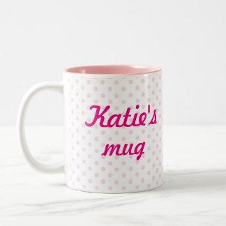 Regalo femenino de los lunares rosados blancos de taza de café de dos colores