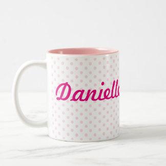 Regalo femenino del lunar rosado de DANIELA del ♥ Taza De Dos Tonos