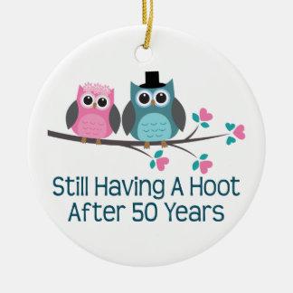 Regalo para el 50.o pitido del aniversario de boda adorno navideño redondo de cerámica
