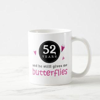 Regalo para la 52.a mariposa del aniversario de taza básica blanca