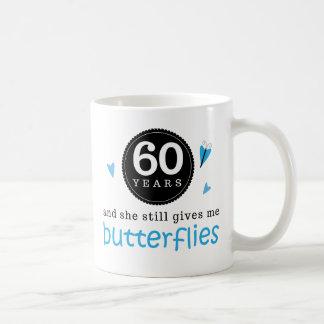 Regalo para la 60.a mariposa del aniversario de bo taza básica blanca