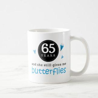 Regalo para la 65.a mariposa del aniversario de bo taza básica blanca
