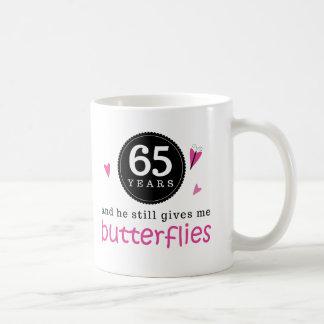 Regalo para la 65.a mariposa del aniversario de taza básica blanca