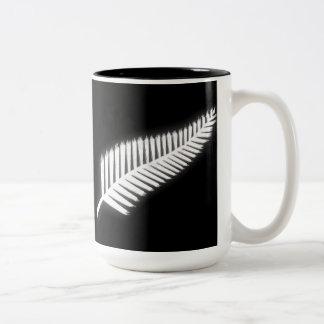 Regalo patriótico del emblema nacional del helecho taza de dos tonos