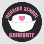 Regalo rosado del diplomado de escuela de enfermer pegatina