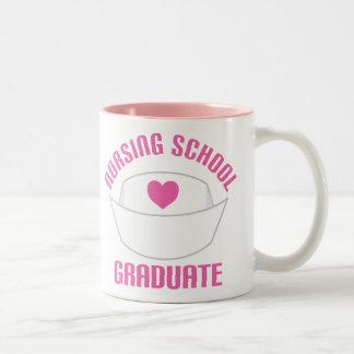 Regalo rosado del diplomado de escuela de enfermer tazas de café