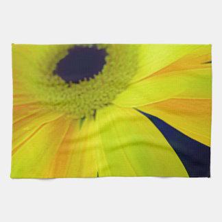 Regalos amarillos brillantes de la margarita toalla