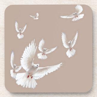 Regalos beige de las palomas blancas por Sharles Posavasos De Bebida