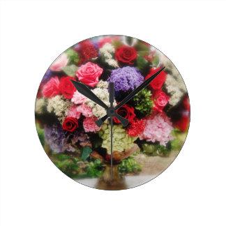 Regalos color de rosa del estampado de flores del reloj redondo mediano