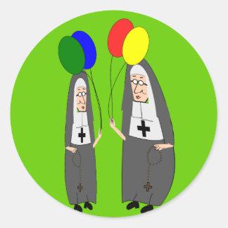 Regalos de cumpleaños de la monja etiqueta redonda