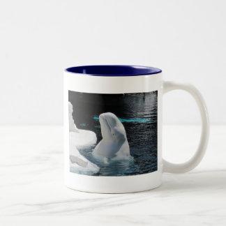 Regalos de la ballena de la beluga taza de dos tonos