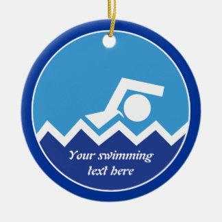 Regalos de la natación, nadador en un adorno navideño redondo de cerámica