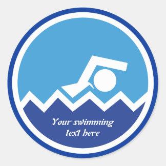 Regalos de la natación, nadador en un pegatina redonda