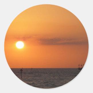 Regalos de la puesta del sol pegatina redonda