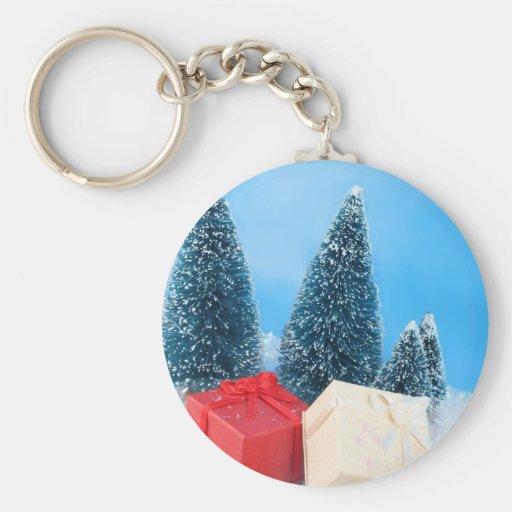 Regalos de Navidad por los árboles y el brillo Llavero
