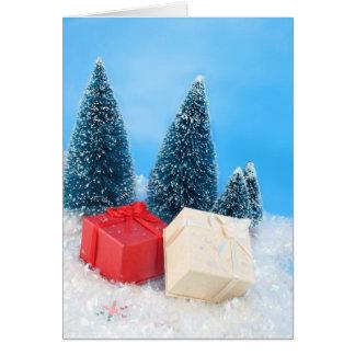 Regalos de Navidad por los árboles y el brillo Tarjeta De Felicitación