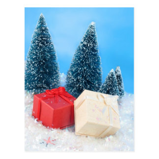 Regalos de Navidad por los árboles y el brillo Tarjeta Postal