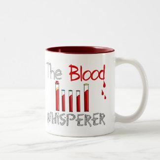 """Regalos de Phlebotomist """"el Whisperer de la sangre Taza De Café De Dos Colores"""