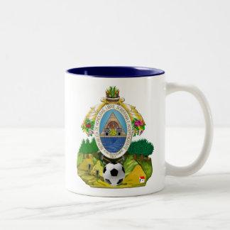 Regalos del balón de fútbol del escudo de armas taza de dos tonos