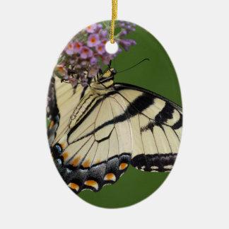 Regalos del este de la mariposa de Swallowtail del Adorno Navideño Ovalado De Cerámica