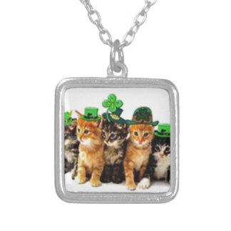 Regalos irlandeses de los gatos del arroz del St.  Colgante Cuadrado