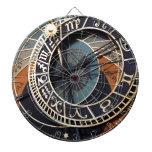 Regalos medievales del destino del reloj de los en tablero de dardos